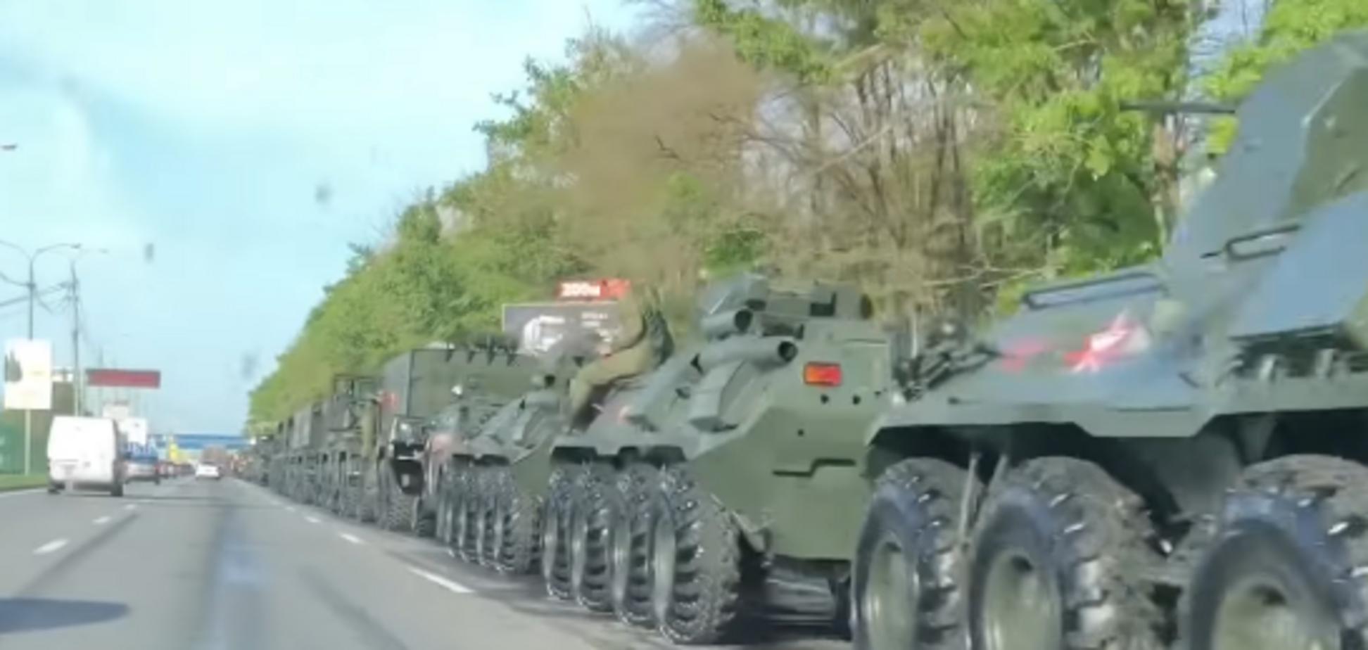 Недалеко от Украины замечена огромная колонна военной техники РФ: опубликовано видео