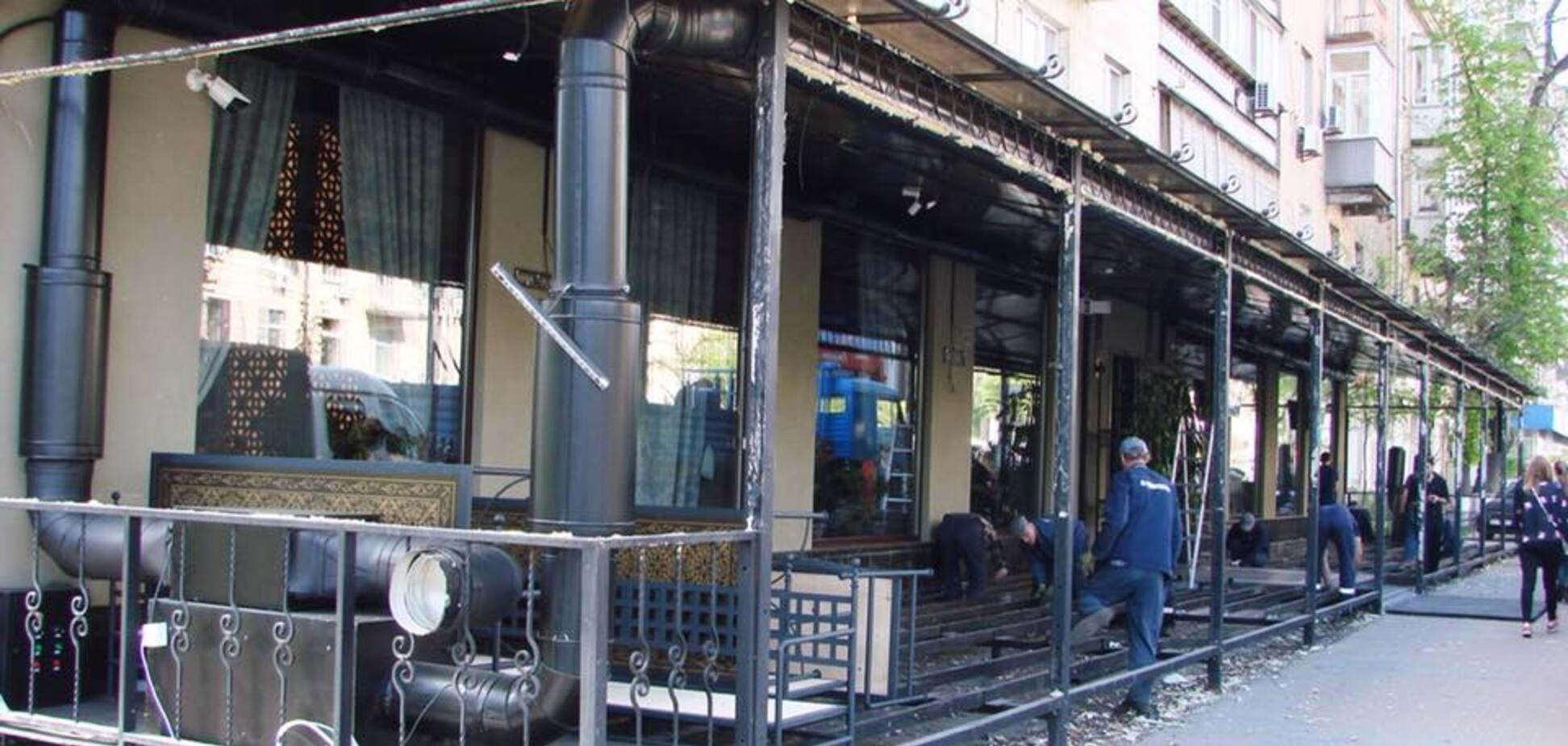 В центре Киева снесли незаконную террасу ресторана