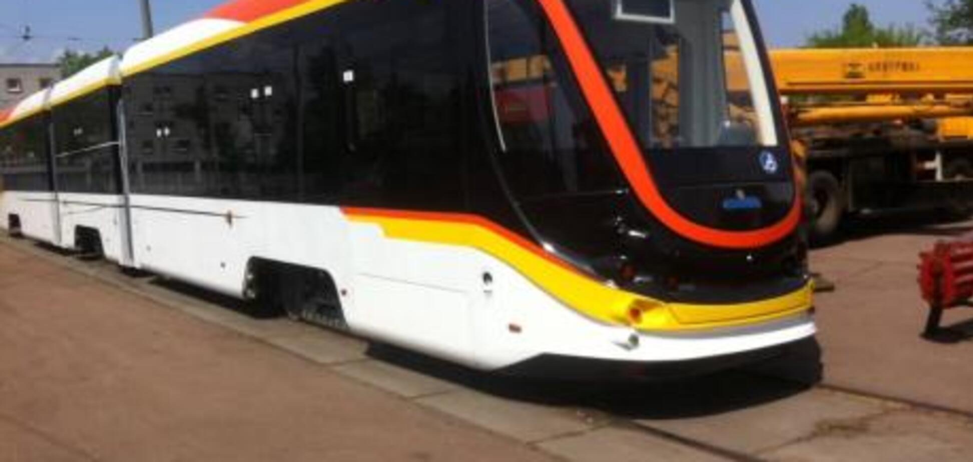 С кондиционером и Wi-Fi: в Киеве испытали новый трамвай