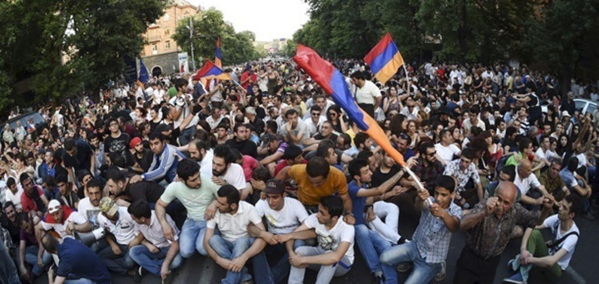 Протести у Вірменії: дипломат пояснив, хто смикає за ниточки