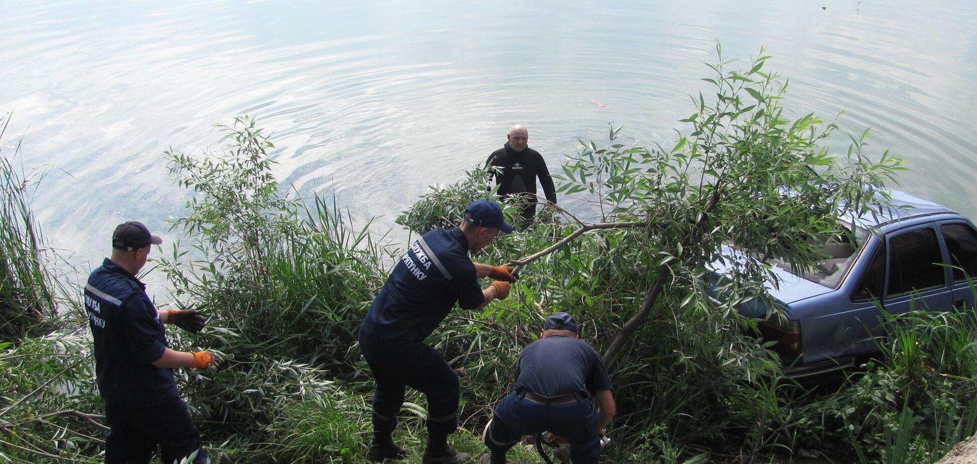 Жахливе ДТП під Кропивницьким: автомобіль злетів з моста в річку