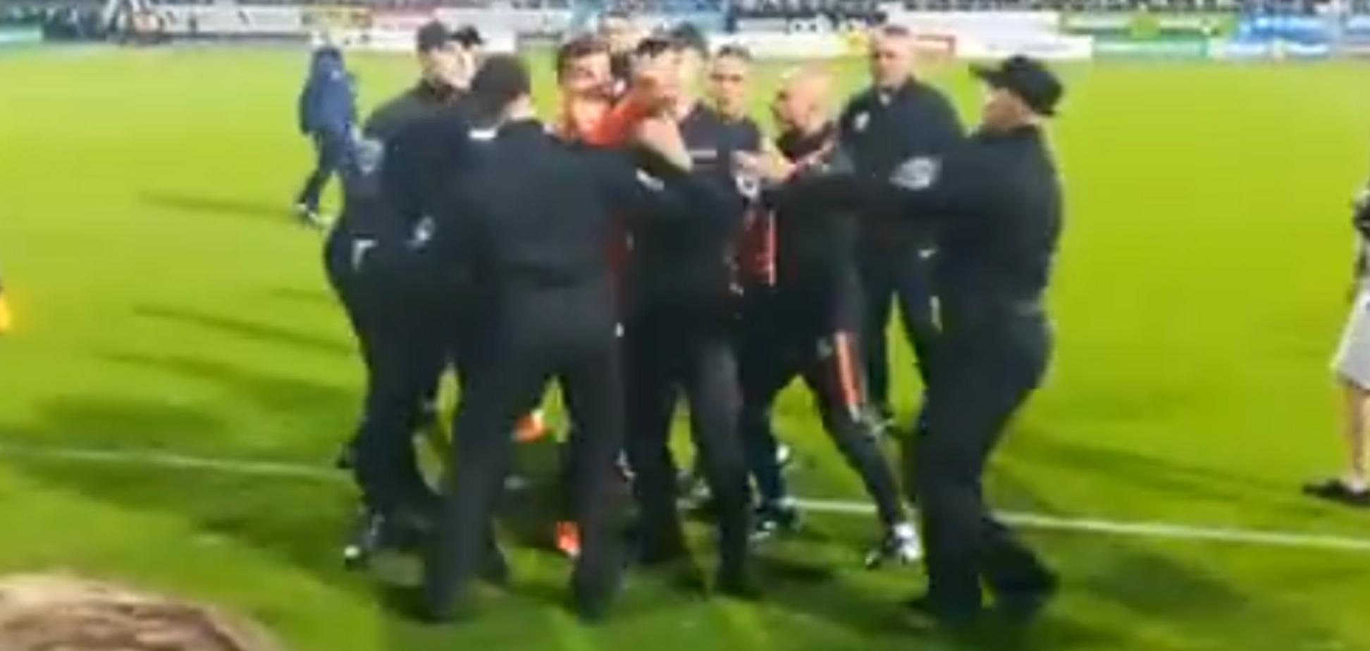 Футболист 'Шахтера' бросился в драку с фанатом 'Динамо': опубликовано видео