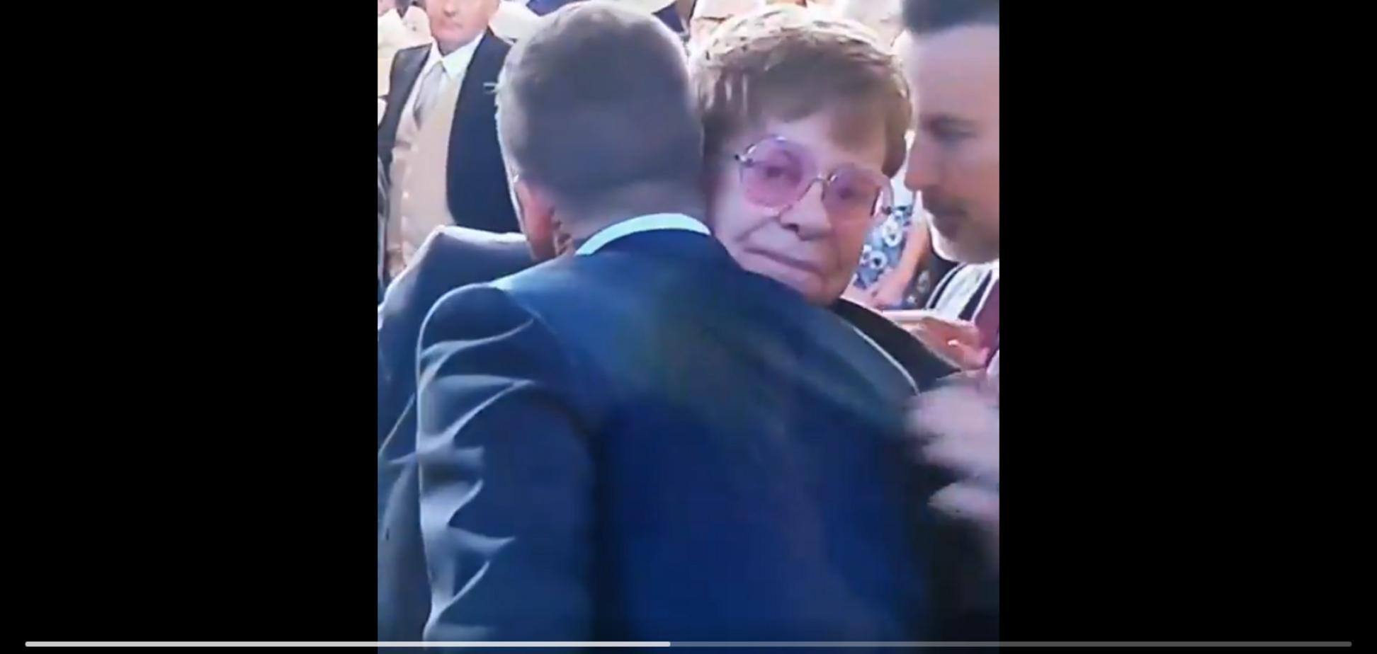 Дивний поцілунок Елтона Джона та Девіда Бекхема потрапив на відео