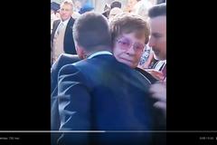 Странный поцелуй Элтона Джона и Дэвида Бэкхема попал на видео