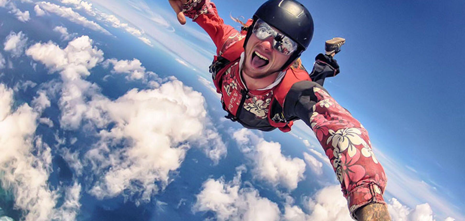 З вікна з парашутом: екстремал здивував киян. Відеофакт
