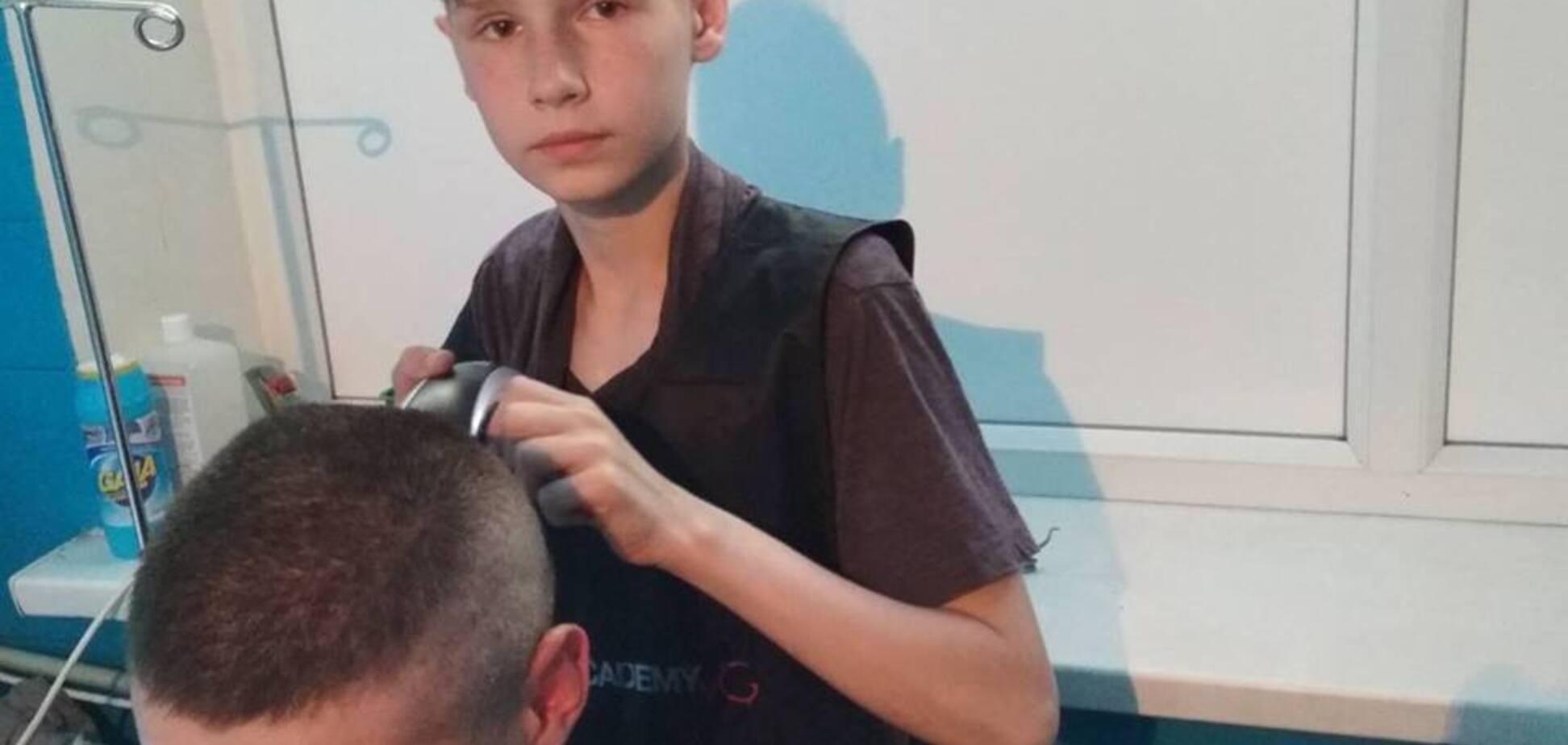 'Поступок на 100%!' Юный парикмахер из Мариуполя растрогал военных