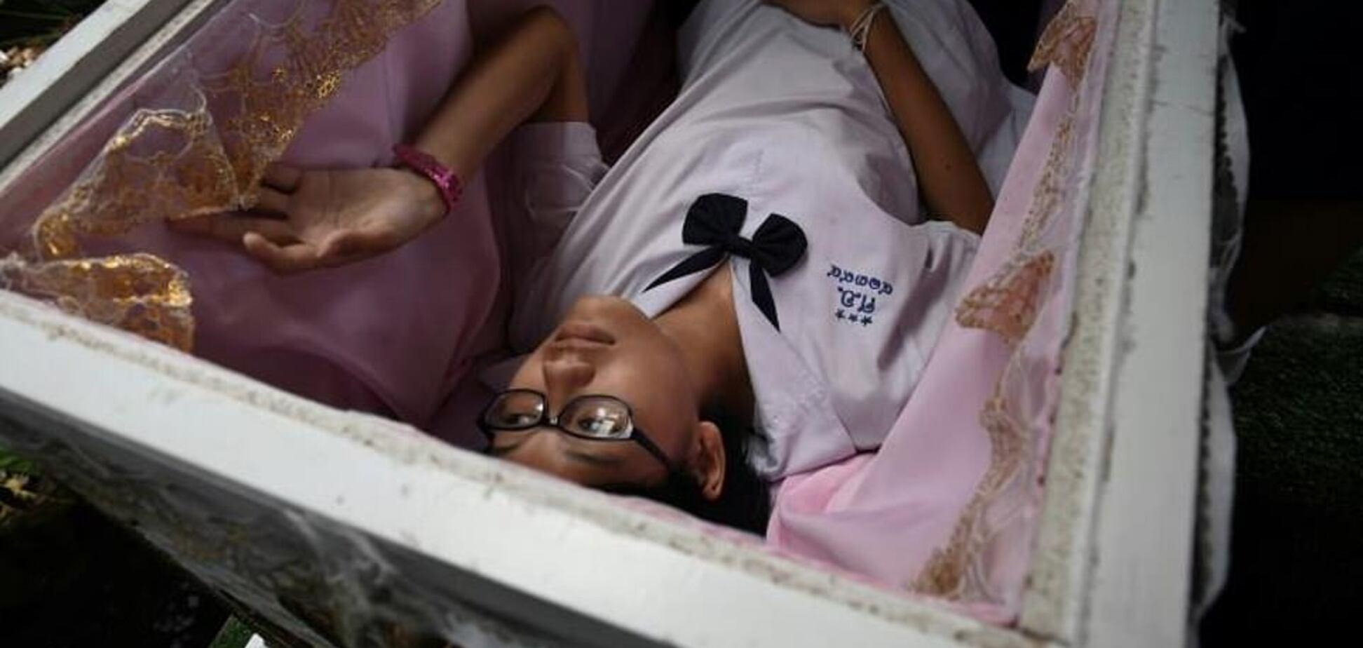 Кафе в Бангкоку заганяє людей в труну заради знижок: фото