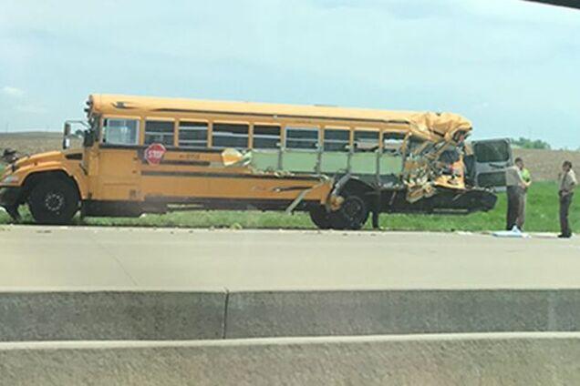 У США фура протаранила шкільний автобус: поранені десятки людей