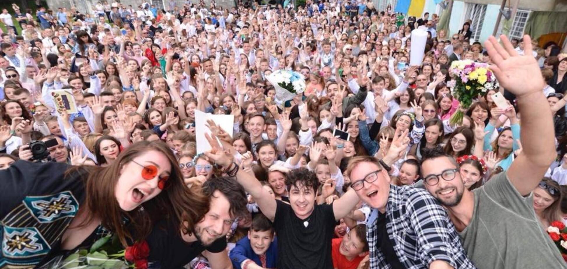 Відома група засвітилася на святі в українській школі