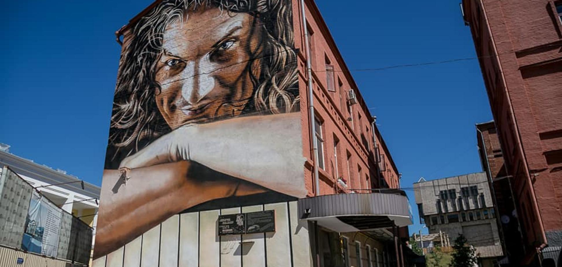 В центре Харькова появился невероятный портрет Кузьмы Скрябина: опубликовано видео