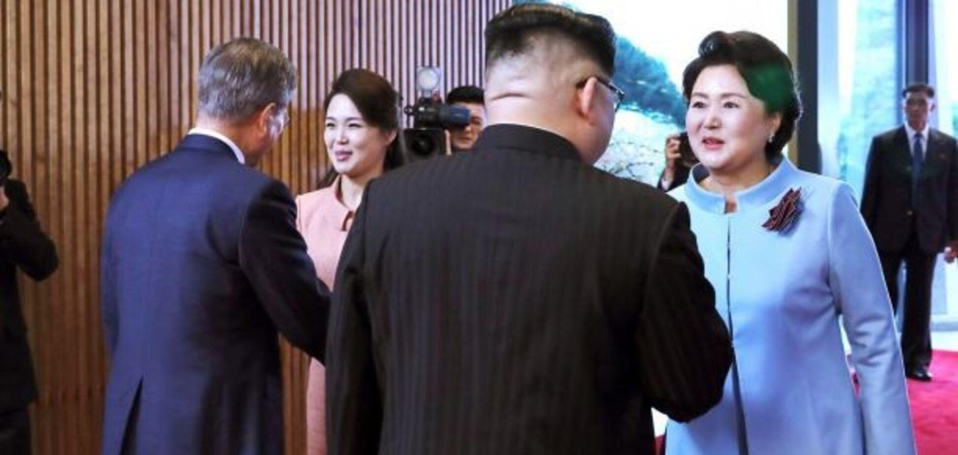 Ким Чен Ын грубо оттолкнул фотографа от своей жены: появилось видео