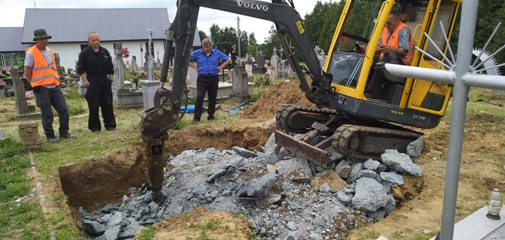 Польща розкопала могилу воїнів УПА: скандал отримав продовження