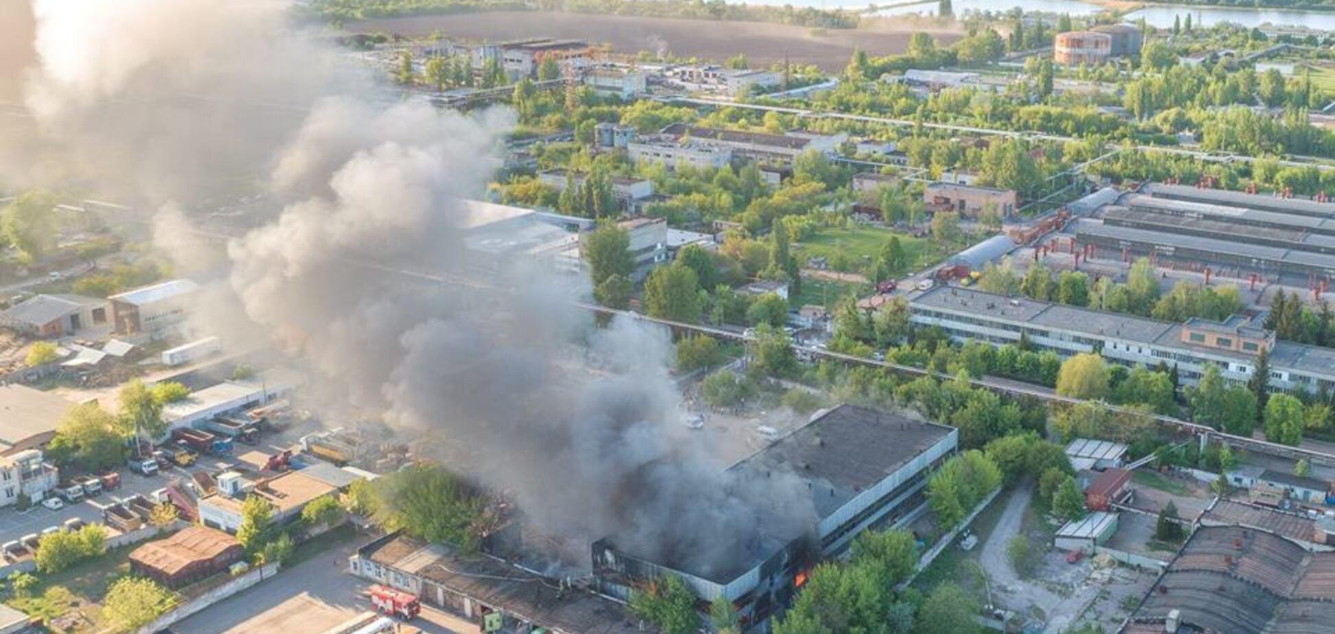 Масштабна пожежа на складі під Києвом: в поліції розповіли, що сталося