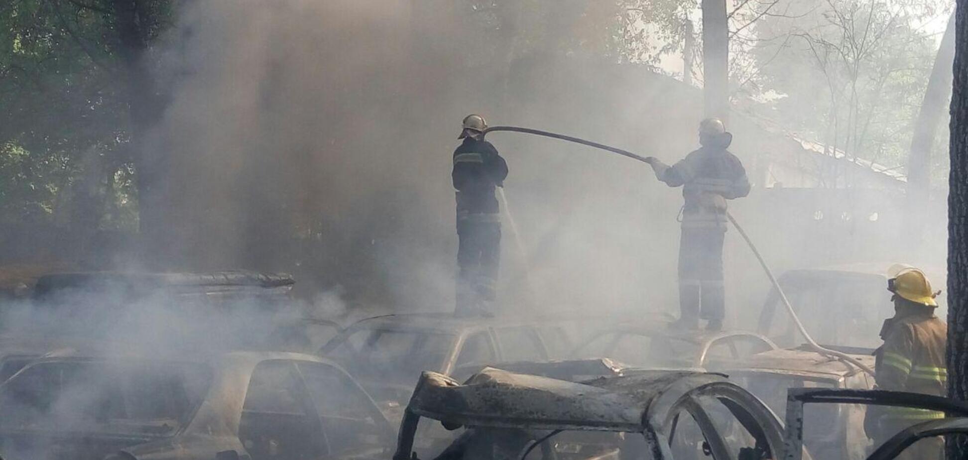 В Киеве масштабный пожар уничтожил более 50 автомобилей