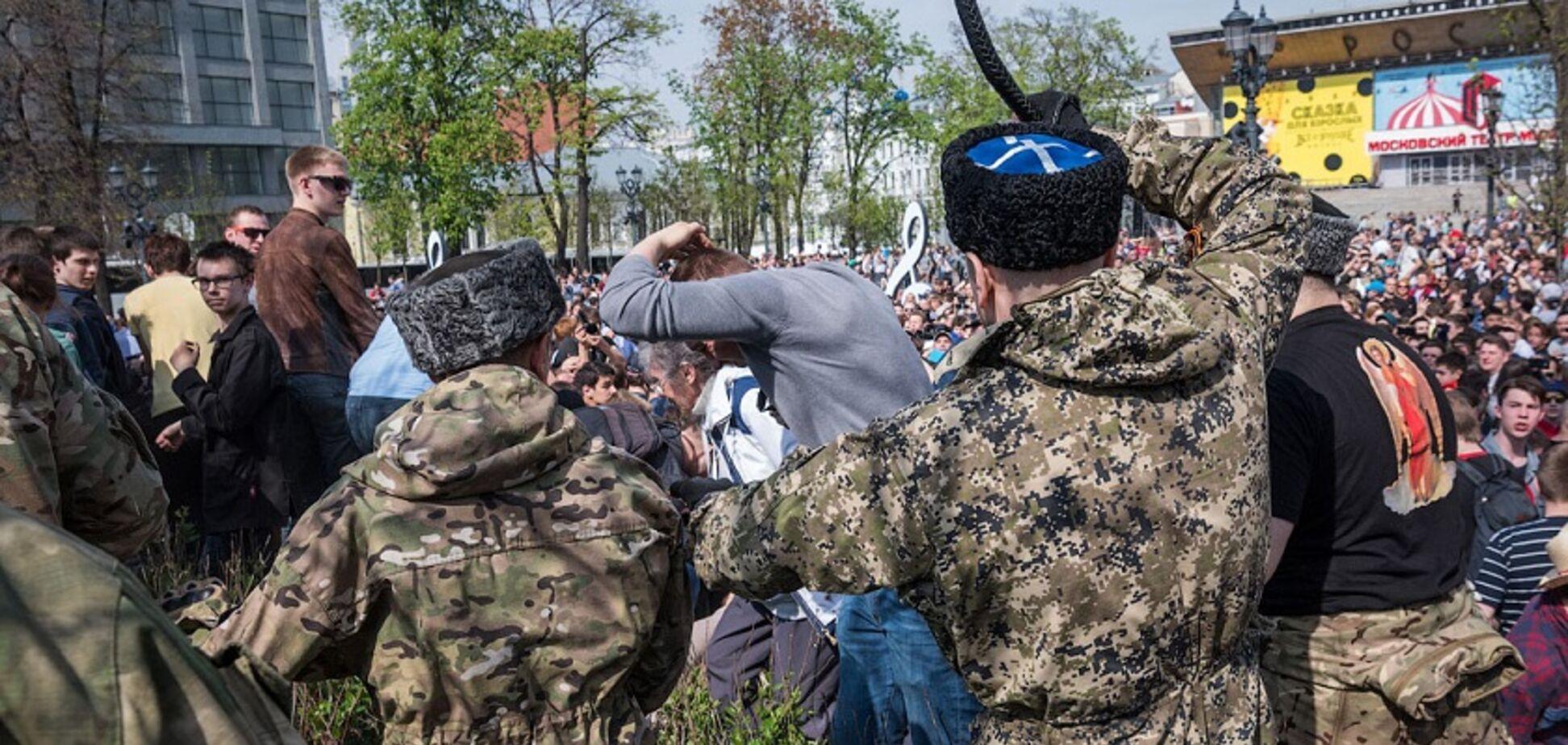 Били нагайками та погрожували: козаків із Криму помітили на мітингу в Москві