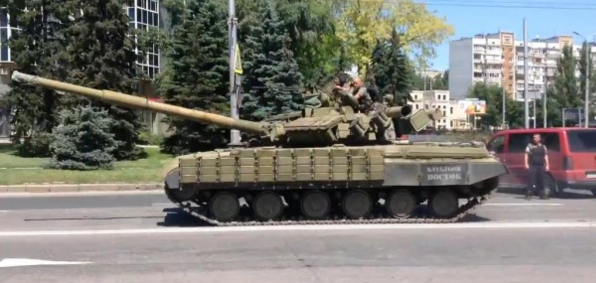 На вулиці Донецька і Луганська вивели бронетехніку