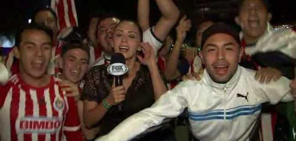 Вболівальник заліз під сукню журналістці в прямому ефірі і отримав у відповідь: момент потрапив на відео
