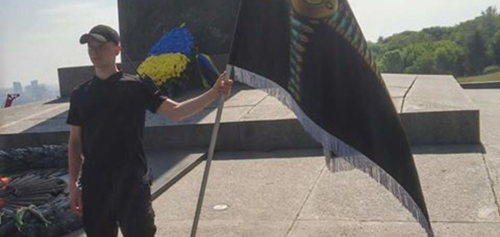 Вічний вогонь у центрі Києва 08.05.2018 охороняють дві молоді людини з прапорами