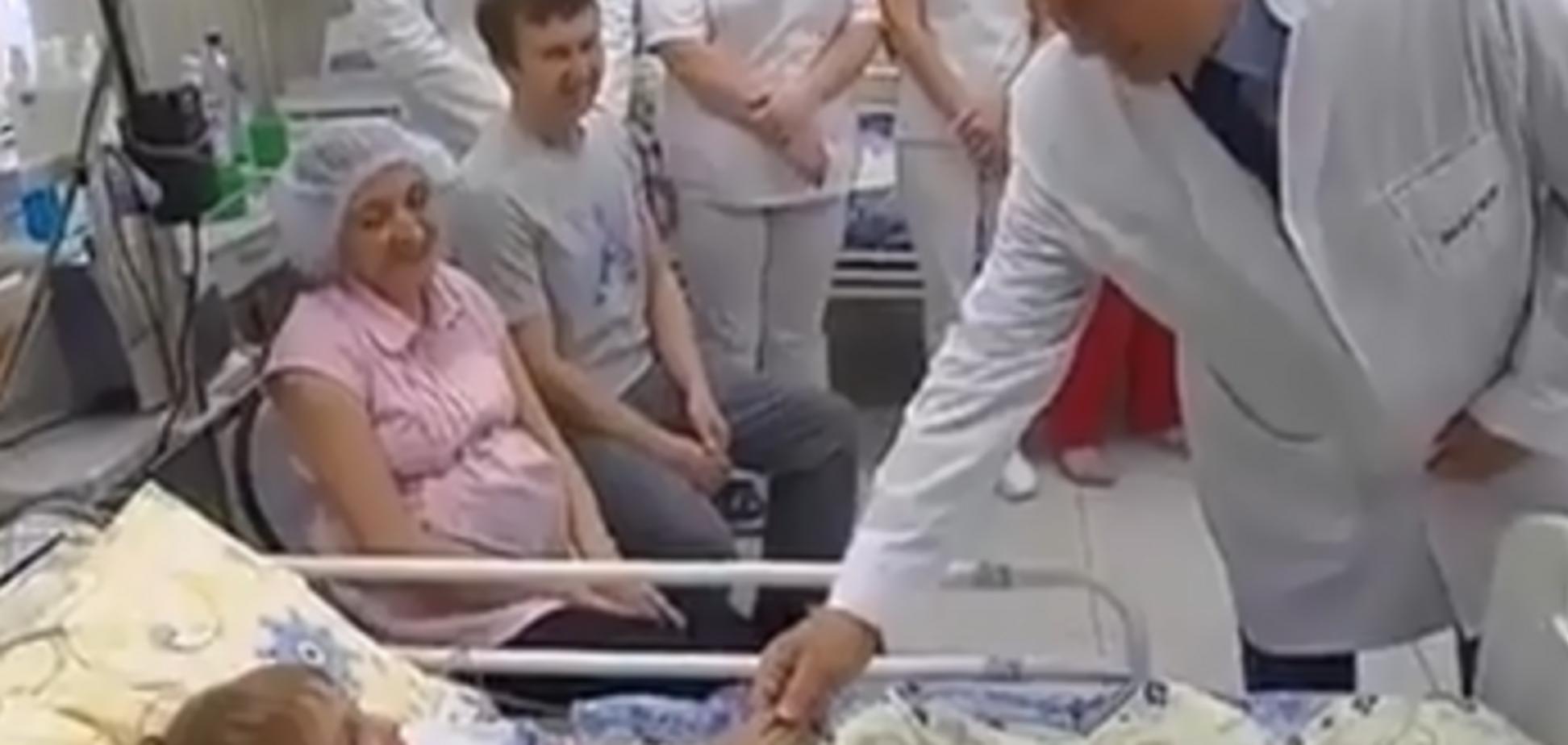 'Пыня проказник': Путин поцеловал очередного мальчика. Видеофакт
