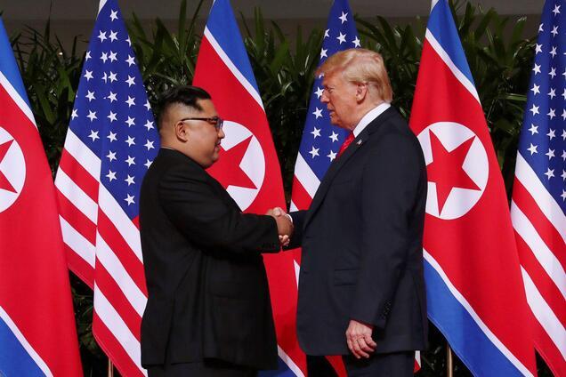 Трамп и Ким Чен Ын пожали друг другу руку