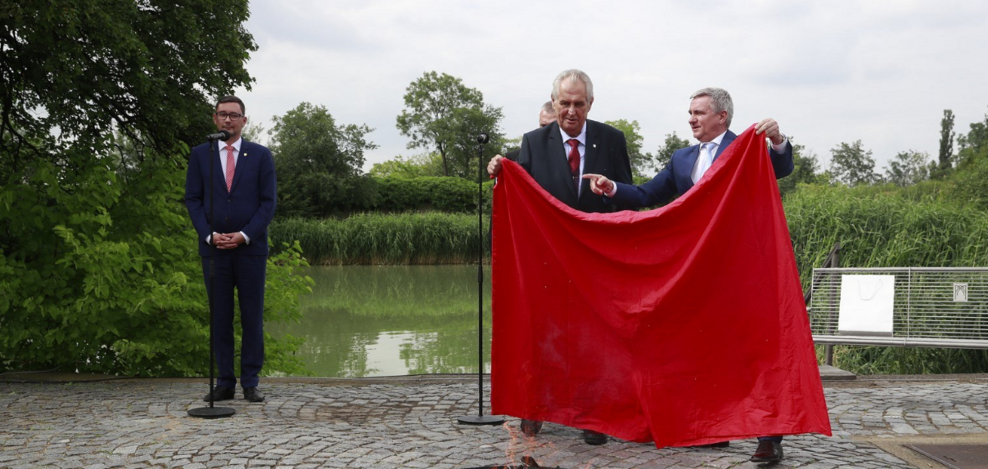 Друг Путіна публічно спалив червоні труси