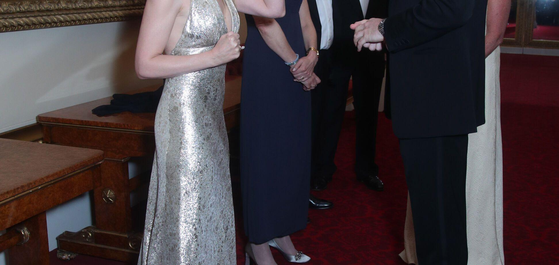 Кайлі Міноуг у сукні з глибоким декольте зустрілася з принцом Вільямом