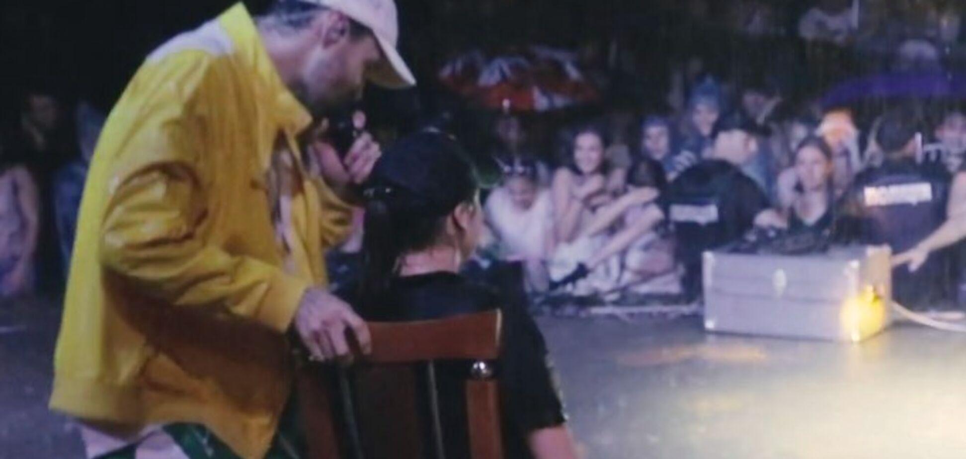 Український співак влаштував еротичні танці на руках у поліцейської