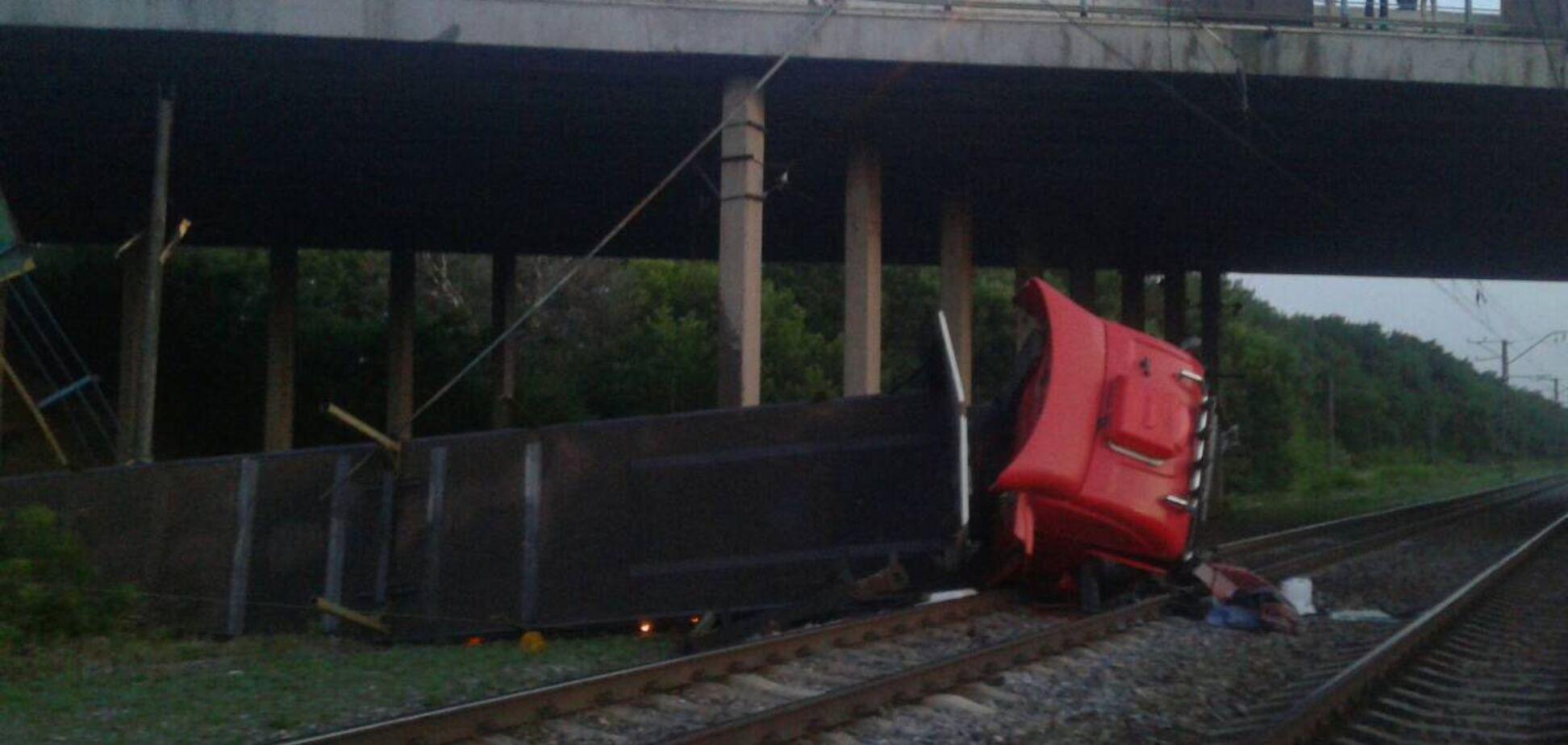 Прибирала техніка Міноборони: вантажівка злетіла з моста і впала на рейки