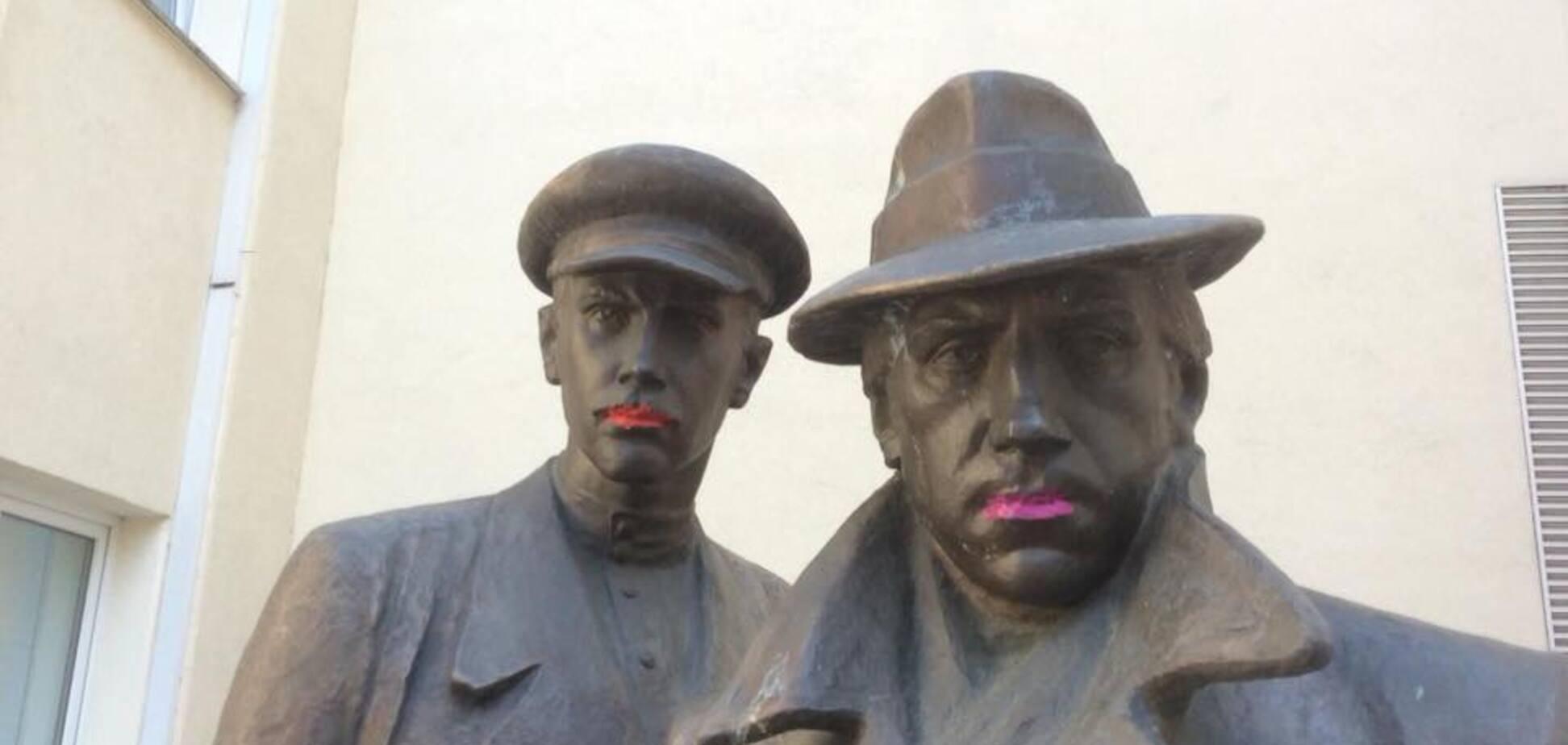 'Сменил пол и покрасил губы': полиция задержала активистов С14 за 'издевательство' над памятником