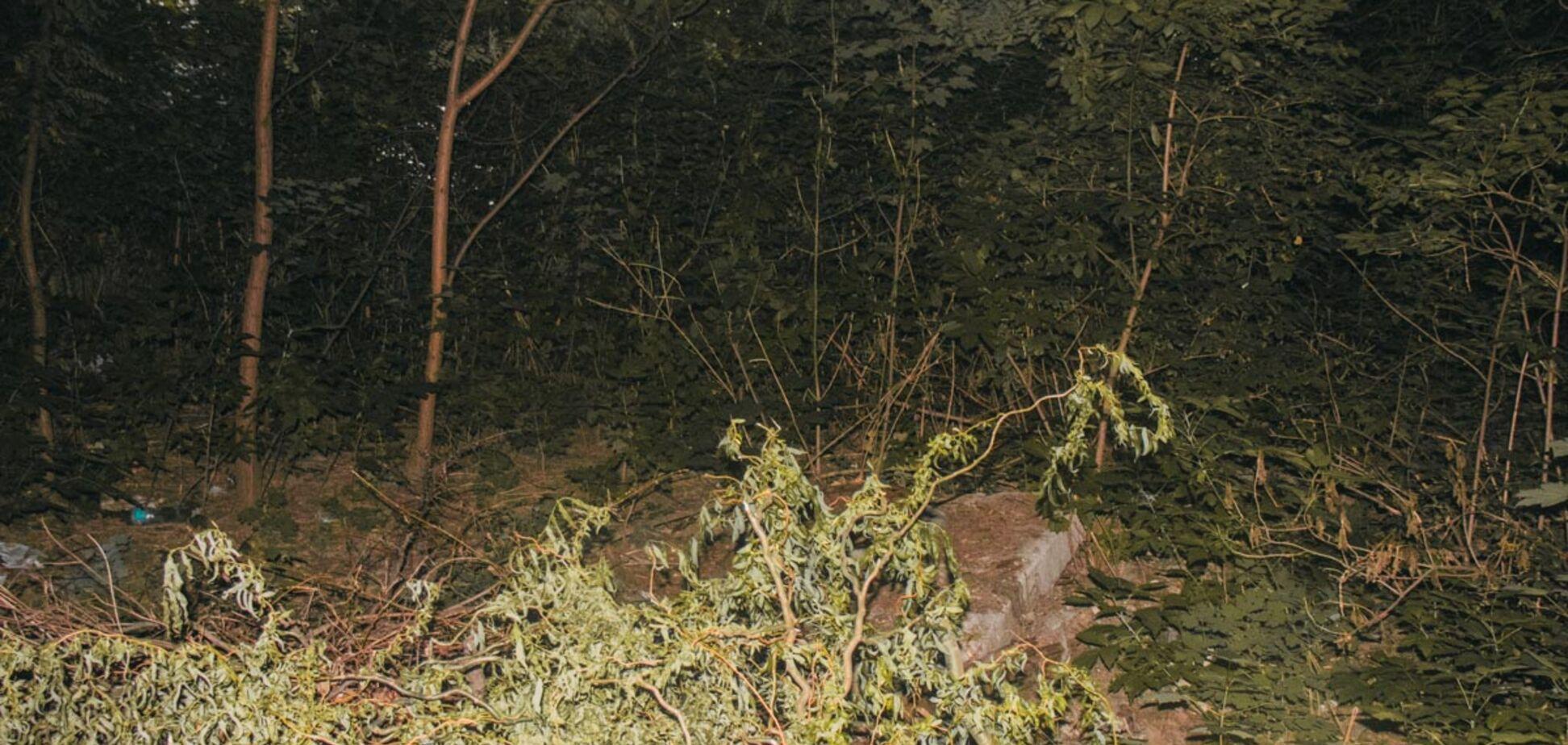 У Києві знайшли труп, що лежав на колінах: фото з місця НП