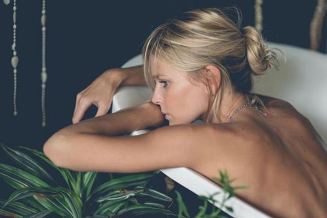 """Звезда сериала """"Кухня"""" снялась обнаженной в ванне: сексуальные фото"""