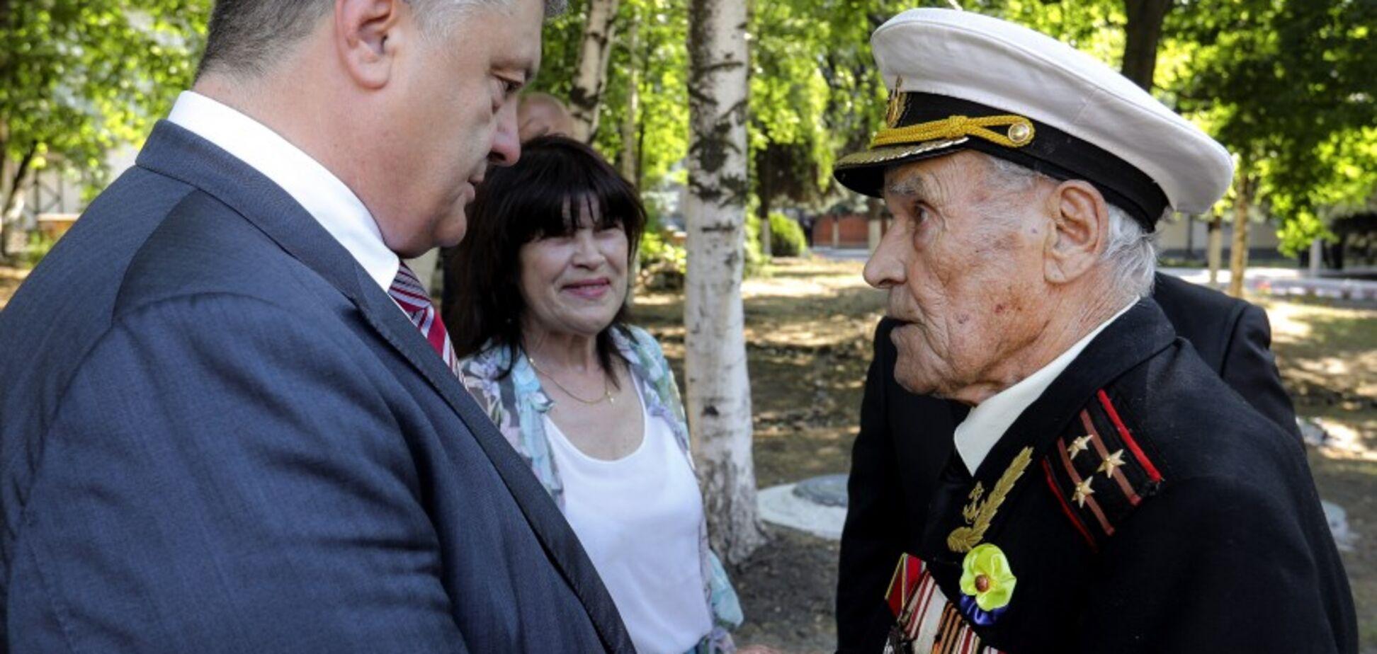 Внук погиб на Донбассе: Порошенко наградил 100-летнего ветерана