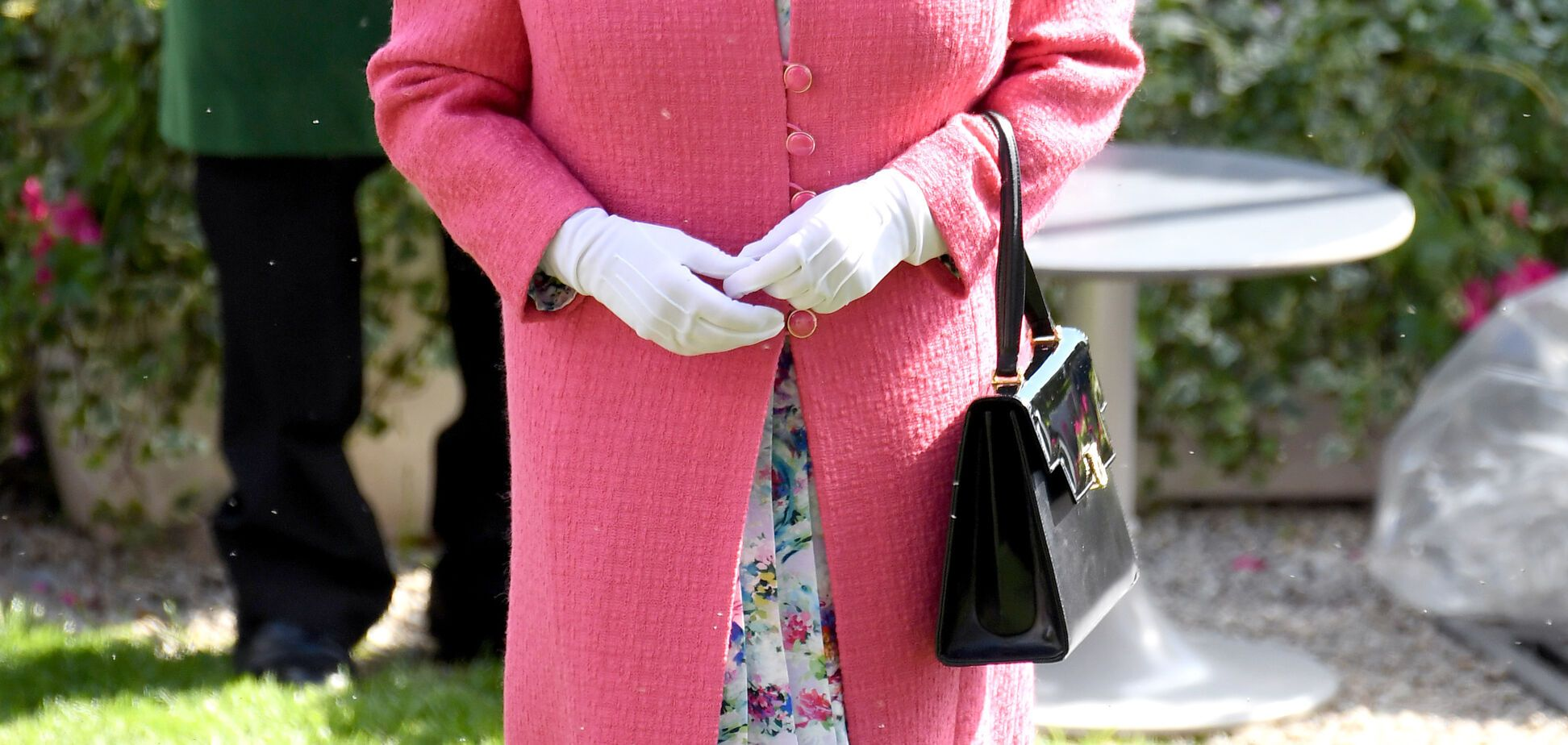 Королева Елизавета II в ярком наряде затмила внучек на скачках