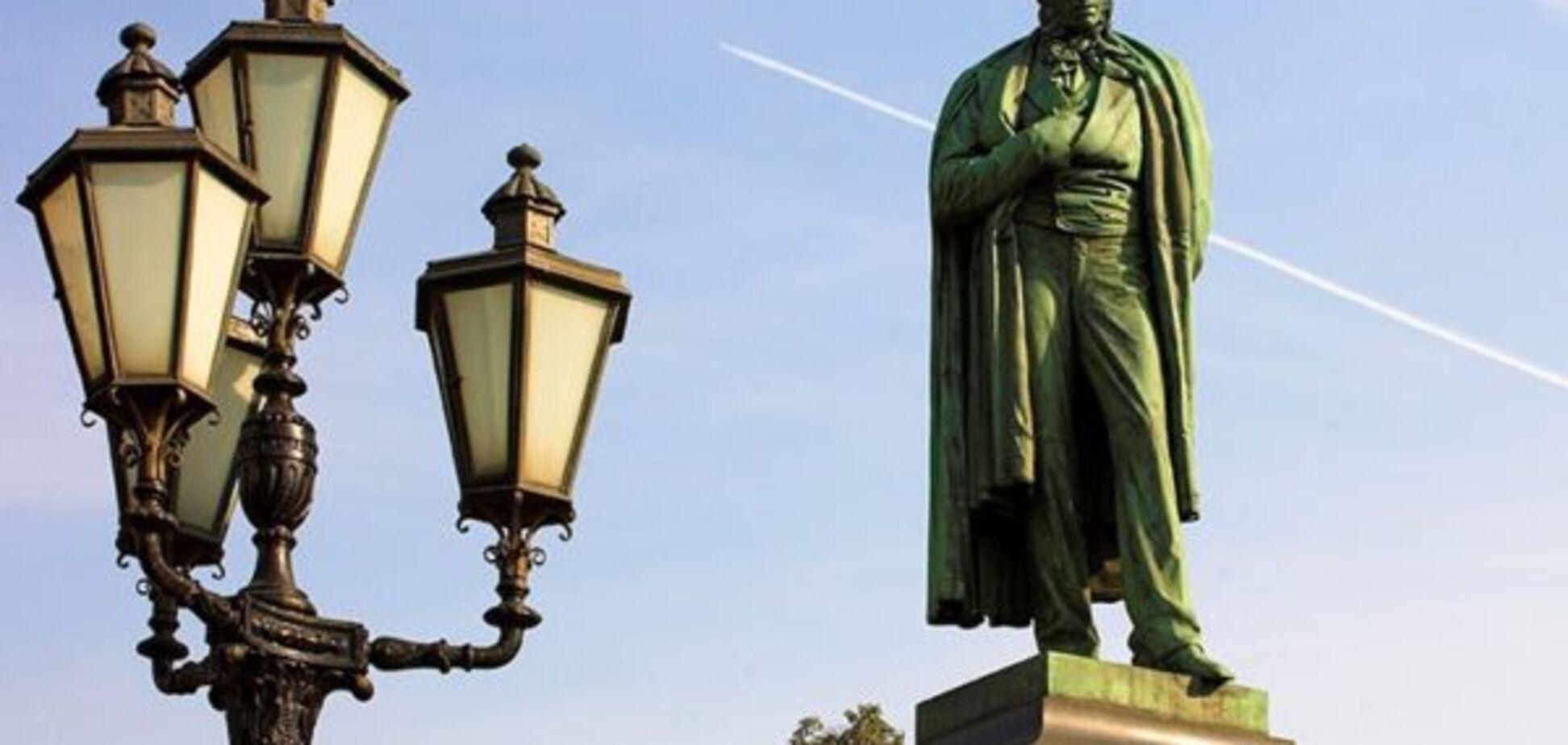 Пушкін перекинувся в труні: німкеню 'сексуально' принизили біля пам'ятника в центрі Москви