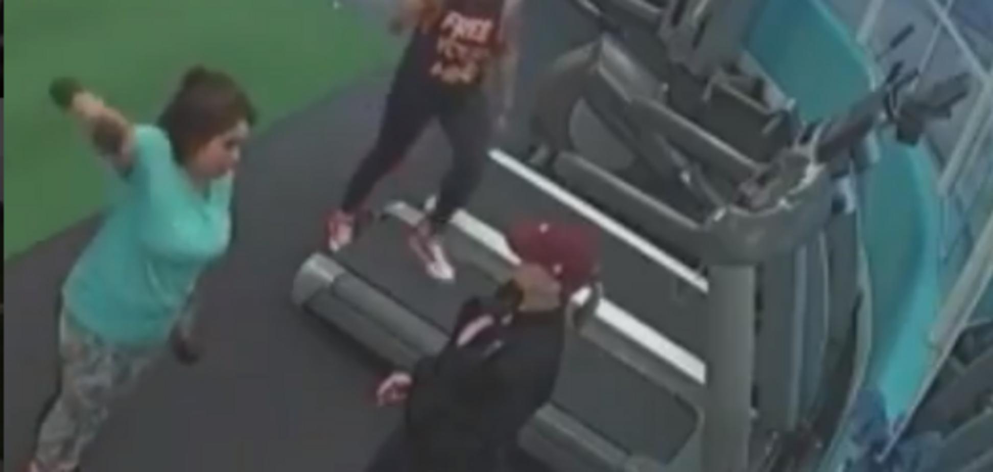 Дівчатам показали несподівану небезпеку селфі в спортзалі