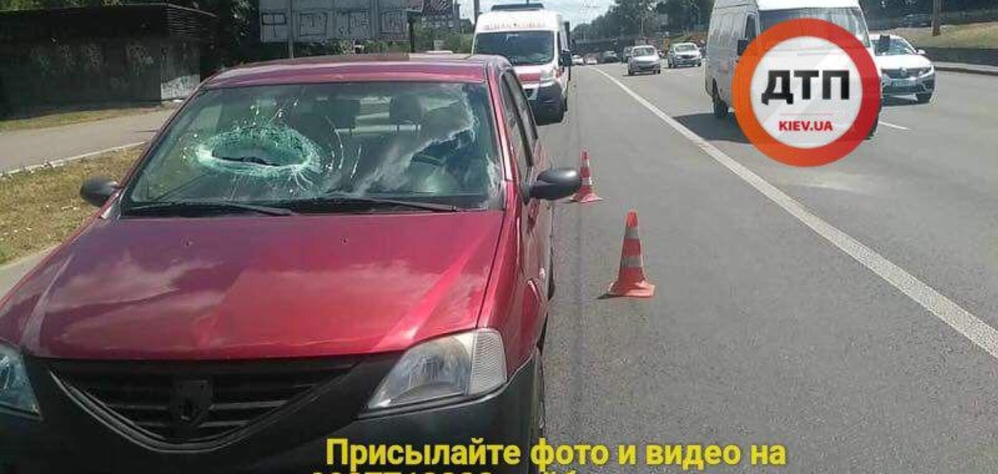 'Почти оторвало руку': в Киеве с моста на авто упал бетон