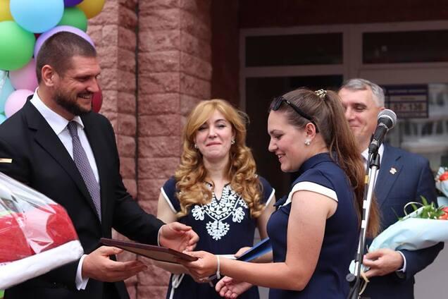 Савченко вручив сертифікати на житло для дітей-сиріт