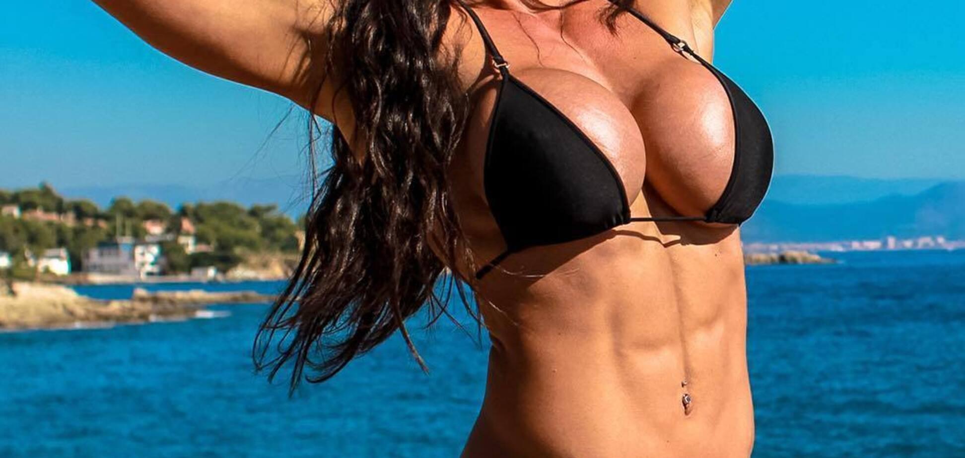 Знаменитая фитнес-модель с огромной грудью снялась обнаженной