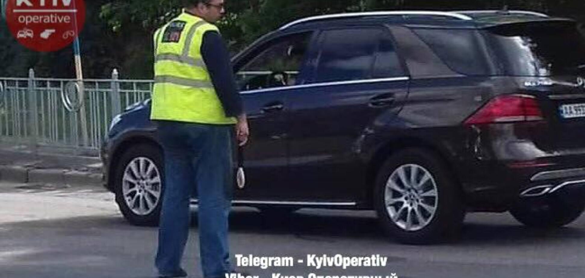 Регулировал 'дружаня': в Киеве полиция угодила в скандал на месте ДТП