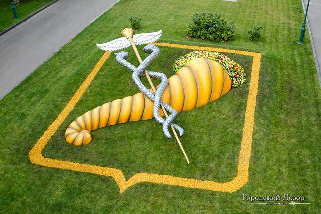 Инсталляция в виде герба города в Харькове