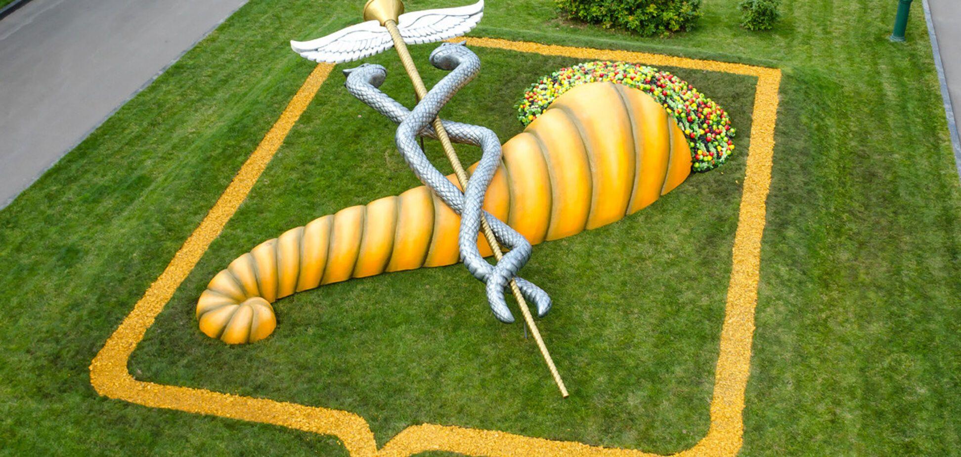 Золотой жезл: в Харькове появилась гигантская инсталляция