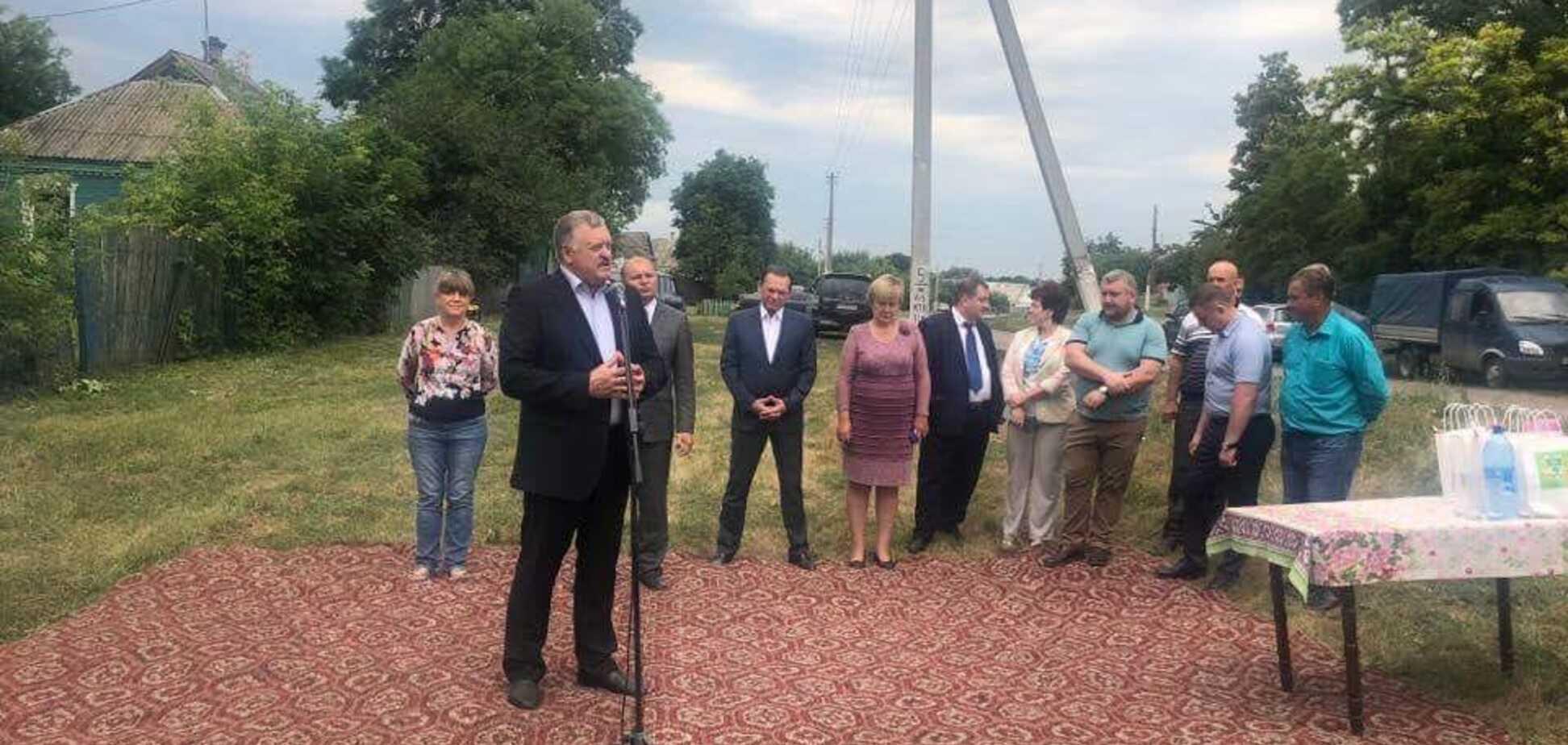 'Совок не убиваем!' Харьковский чиновник отличился ковром посреди села