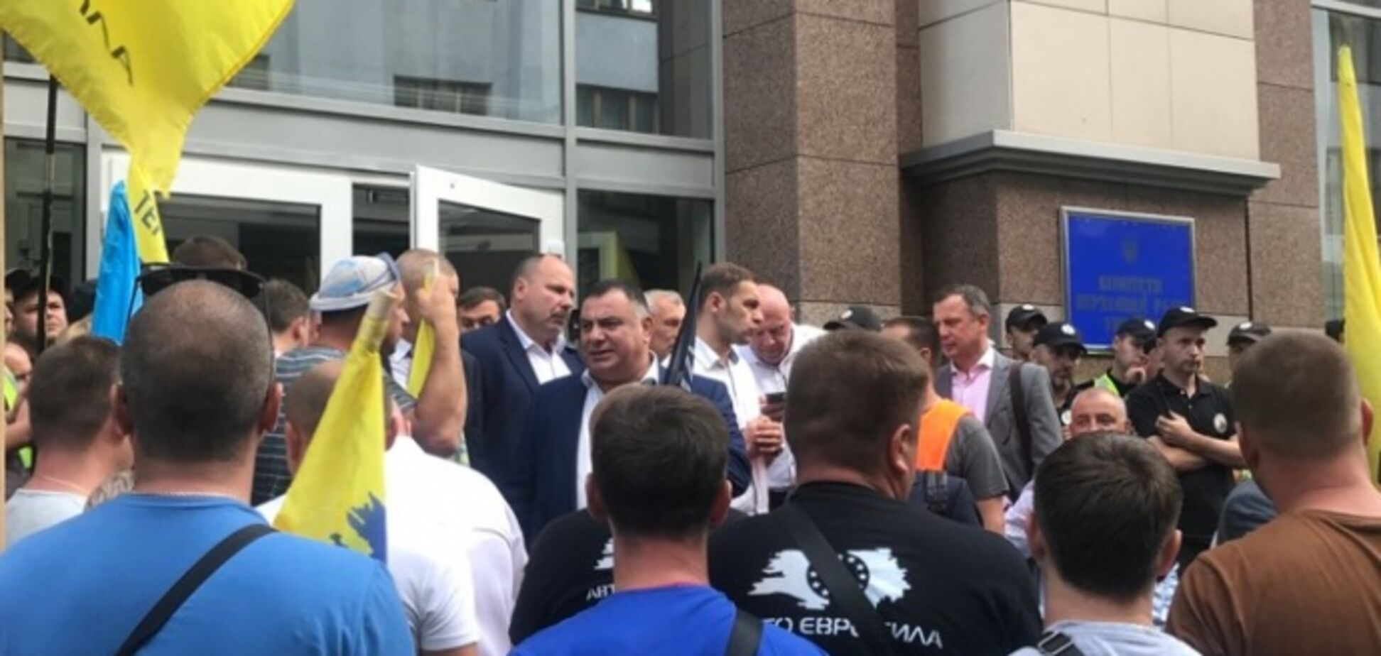 Еврономера в Украине: активисты заблокировали Раду и разбили машину нардепа