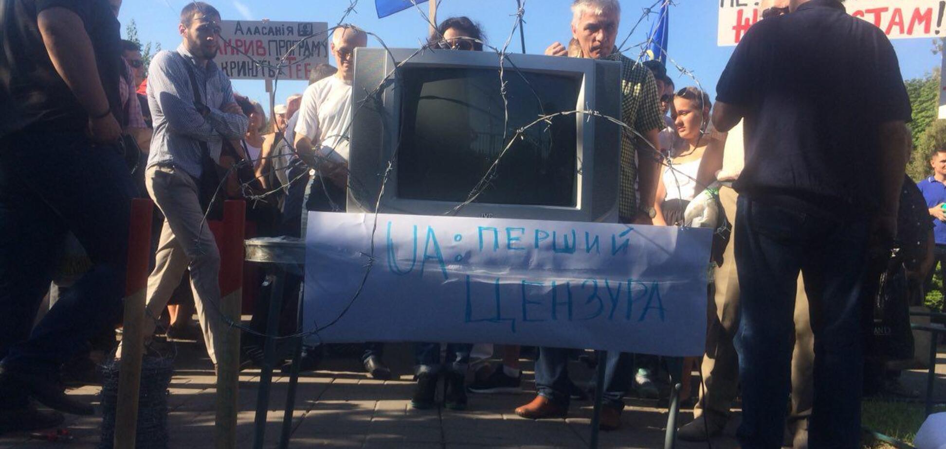 Кілька сотень активістів із кувалдою вимагали відправити у відставку Аласанію