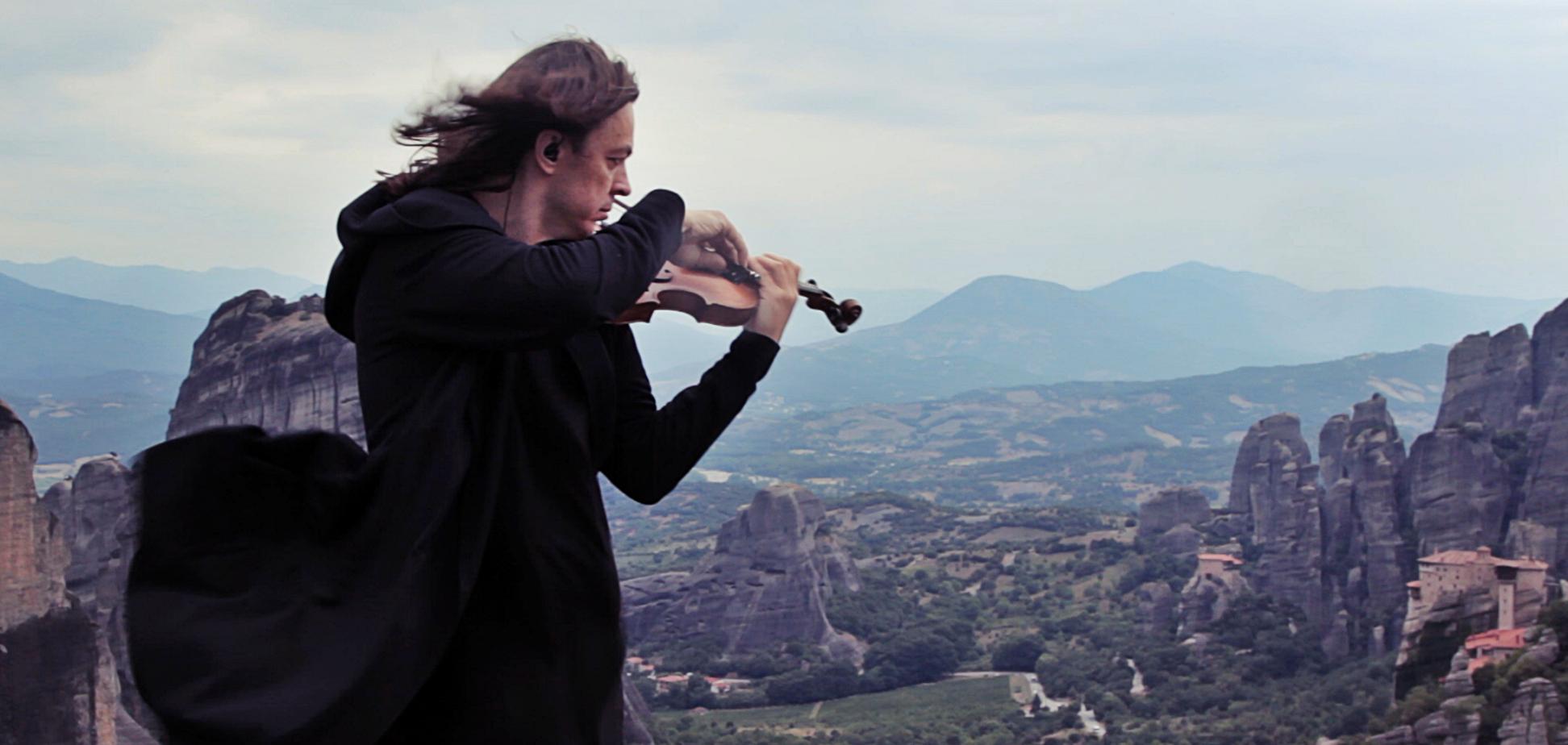Скрипач из Украины сыграл в Греции на фоне шикарного пейзажа: красивое видео