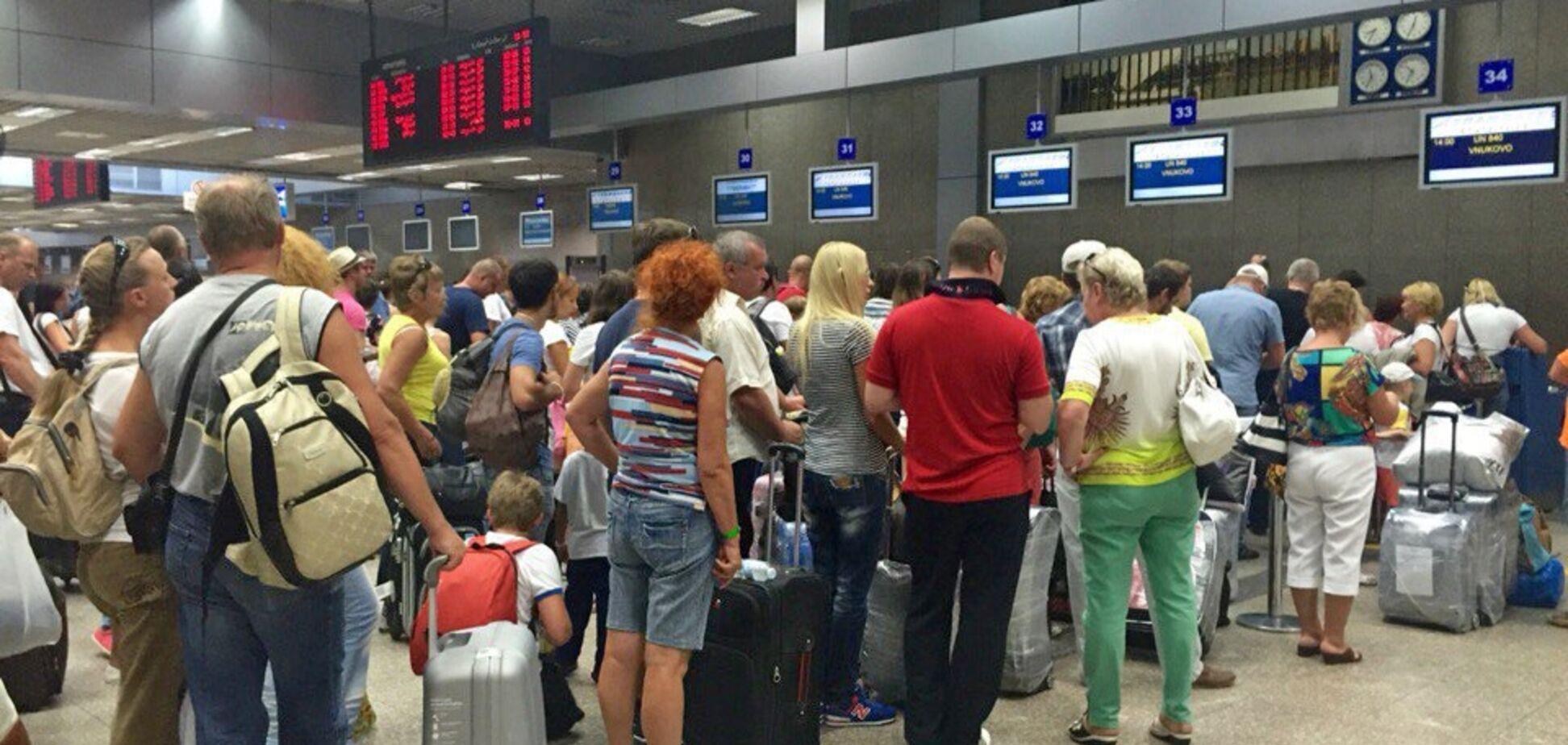 Украинские туристы опять не улетели на отдых: список отмененных и задержанных рейсов