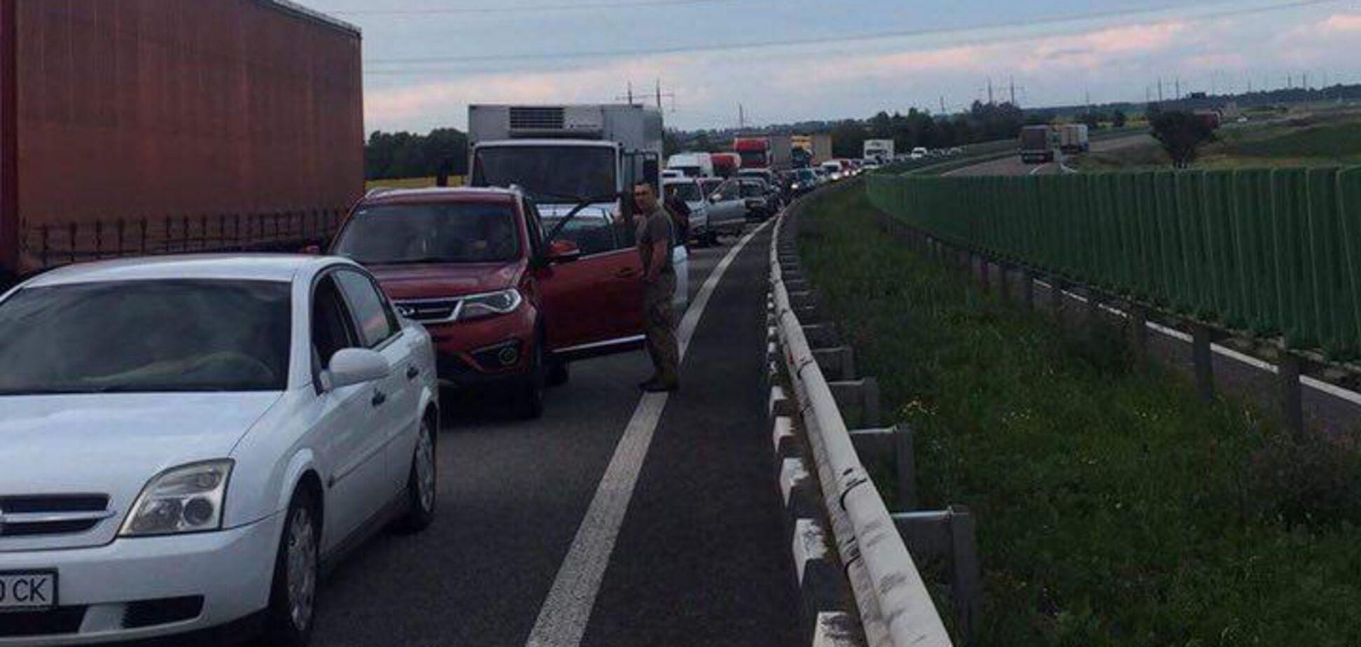 Разворачиваются в Киев: на трассе к Житомиру 'мертвая' пробка растянулась на 11 км