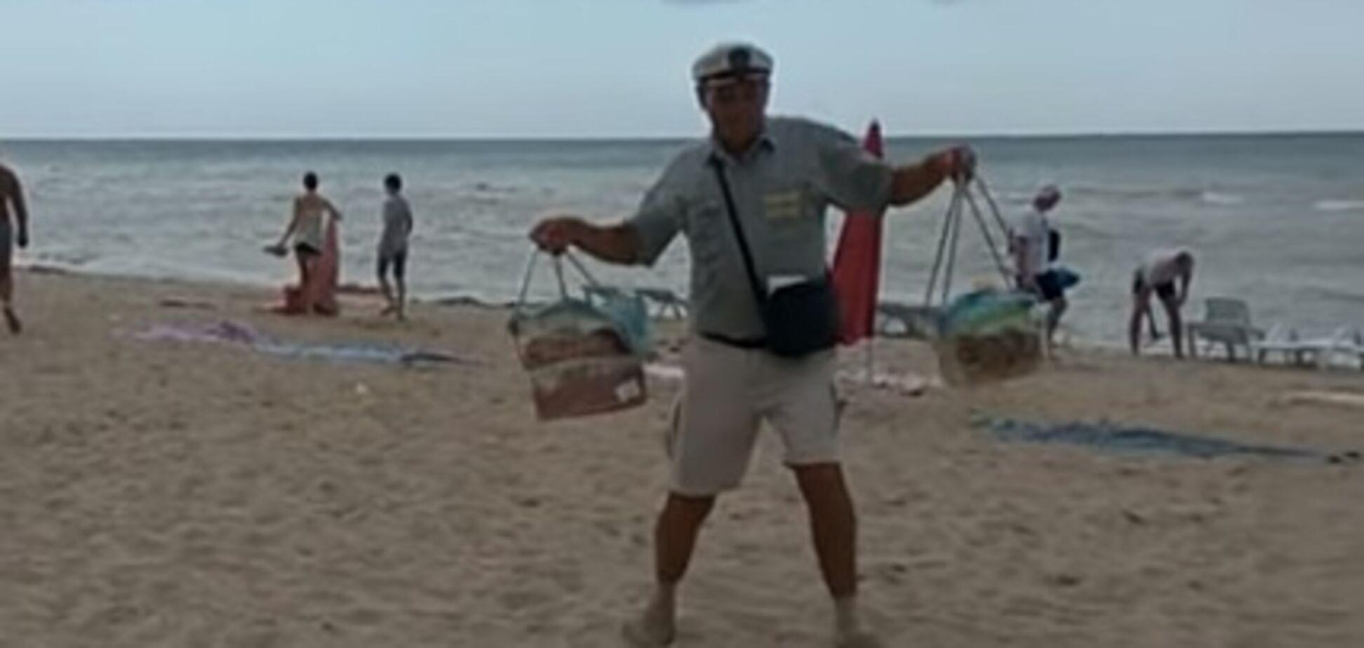 'Дядя Саша морячок': з'явилося відео з кумедним продавцем на курорті в Україні