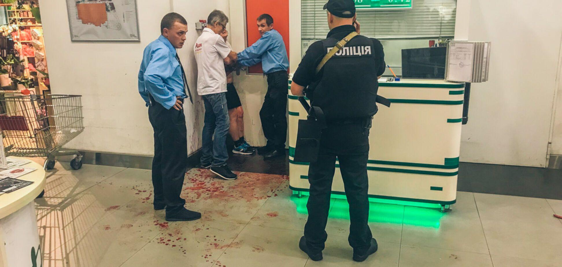 У київському ТЦ серед білого дня жінка порізала собі вени