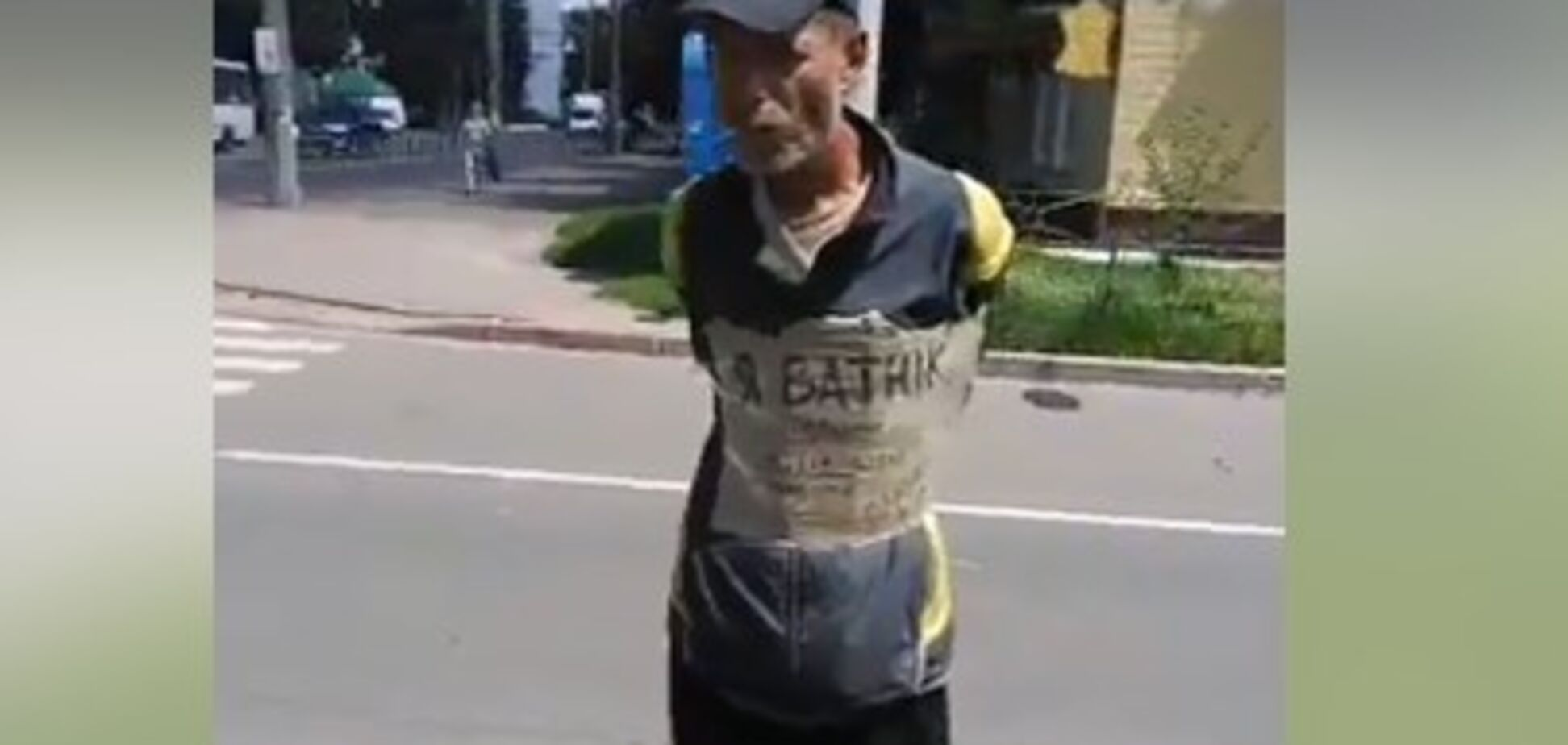 'Я в*тник': в Чернигове мужчину привязали к столбу